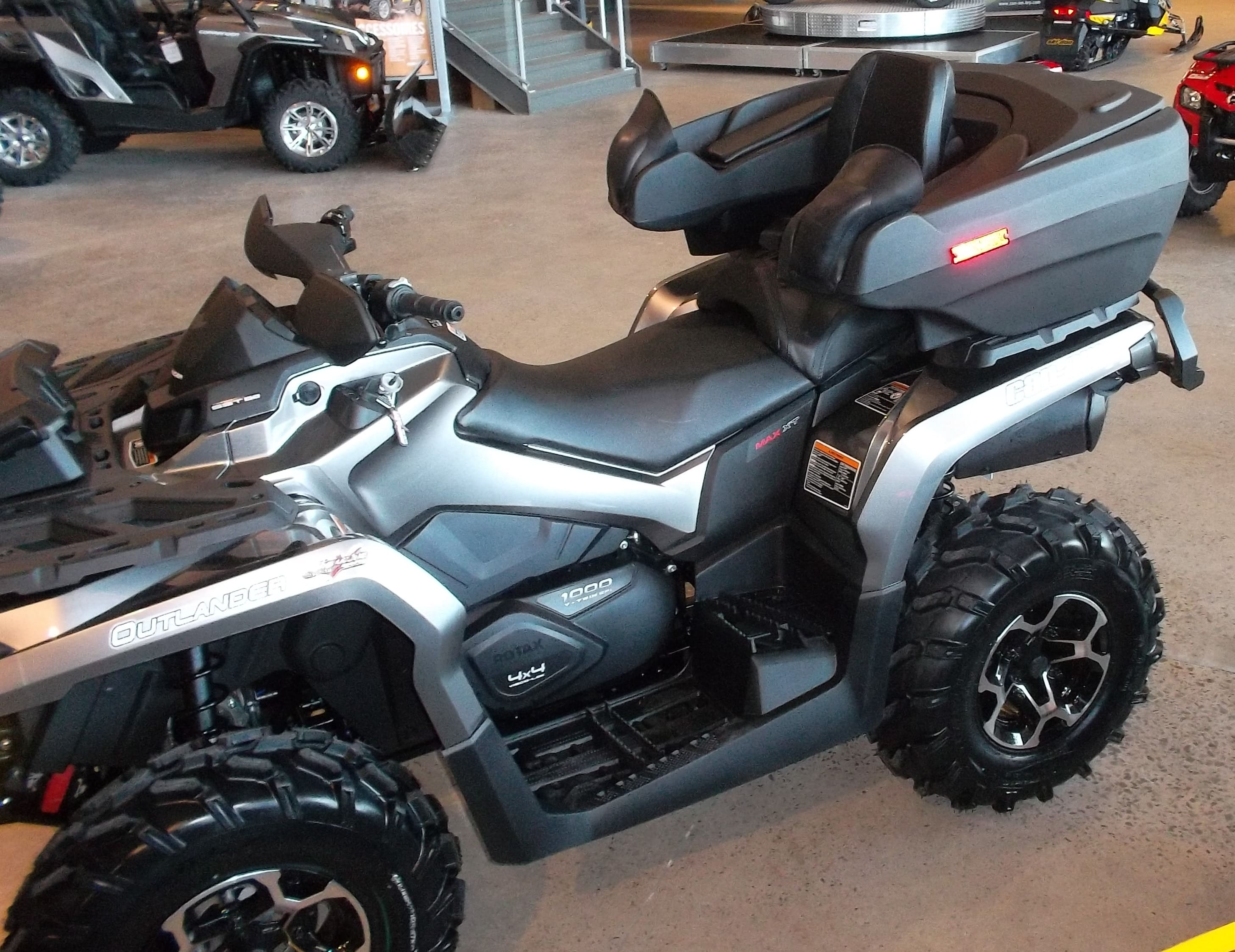 Wes Touring Outlander Max de Luxe sur Can-Am 2 places